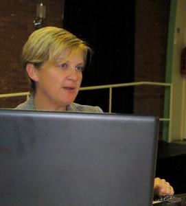Jenine Bijker achter haar laptop licht toe
