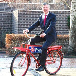 Foto met Cees Bijl op een rode fiets